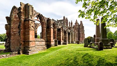 Gepflegte Runine der Abtei mitten im Städtchen Melrose.
