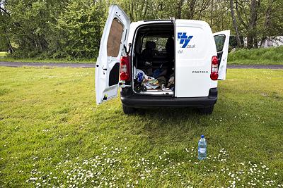 Kleiner Transporter als rollendes Zelt auf einem Campingplatz am Loch Lomond