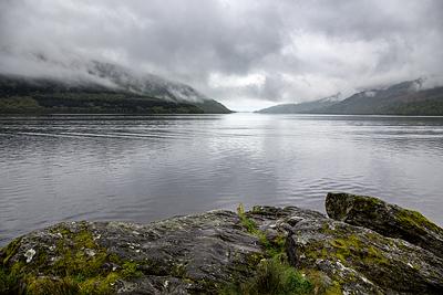 Schottisches Wetter, tiefe Wolken überm Loch Lomond